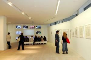 Pirmosios J. Meko vizualiųjų menų centro parodos salėse lankytojų netrūksta nuo pirmųjų dienų