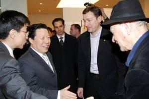 Pirmosios jo vardo vizualiųjų menų centro parodos atidarymo proga J. Meką sveikina Kinijos kultūros ministras Sun Jiazhengas