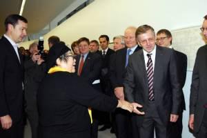 Jono Meko Vizualiųjų menų centro tarybos pirmininkas A. Zuokas Lietuvos Respublikos Ministrui pirmininkui G. Kirkilui pristato garsią japonų kilmės menininkę, vieną iš FLUXUS judėjimo lyderių ir kūrėjų Shigeko Kubotą